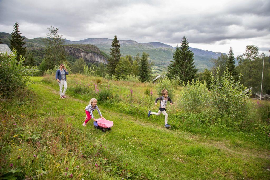 Kristoffer leker med lillebror Oddne (3) og lillesøster Marie (5) i Hemsedal, langt fra nærmeste sykehus i Drammen.
