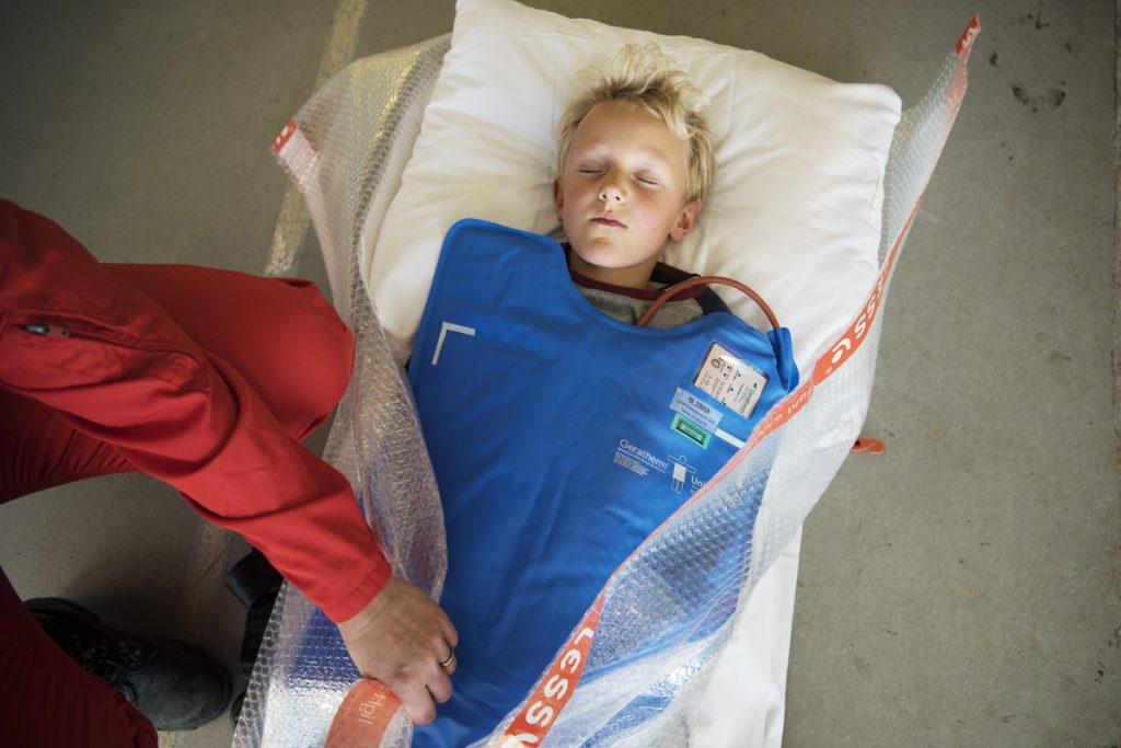 Pasienter som er så kalde at de skjelver, pakkes inn i varmeteppe eller dyner i tillegg til bobleplast. Bobleplasten fungerer som en dampsperre.