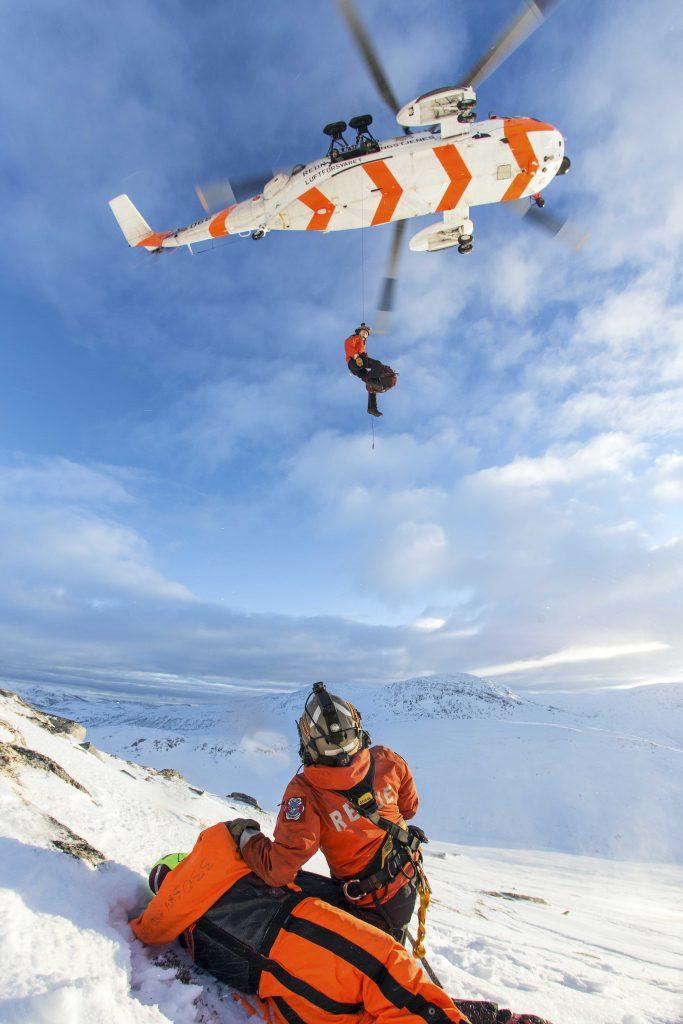 Helge Haugland vinsjes ned fra et Sea King helikopter under et treningsoppdrag.