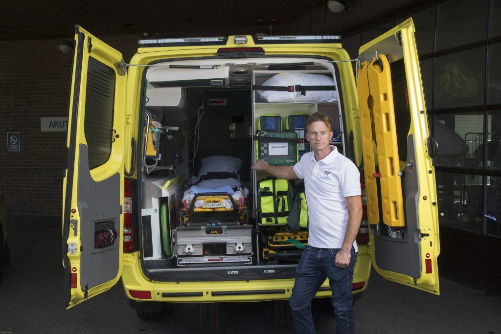 Stipendiat Lars Jacobsen foran infarktambulansen. FOTO: THOMAS KLEIVEN