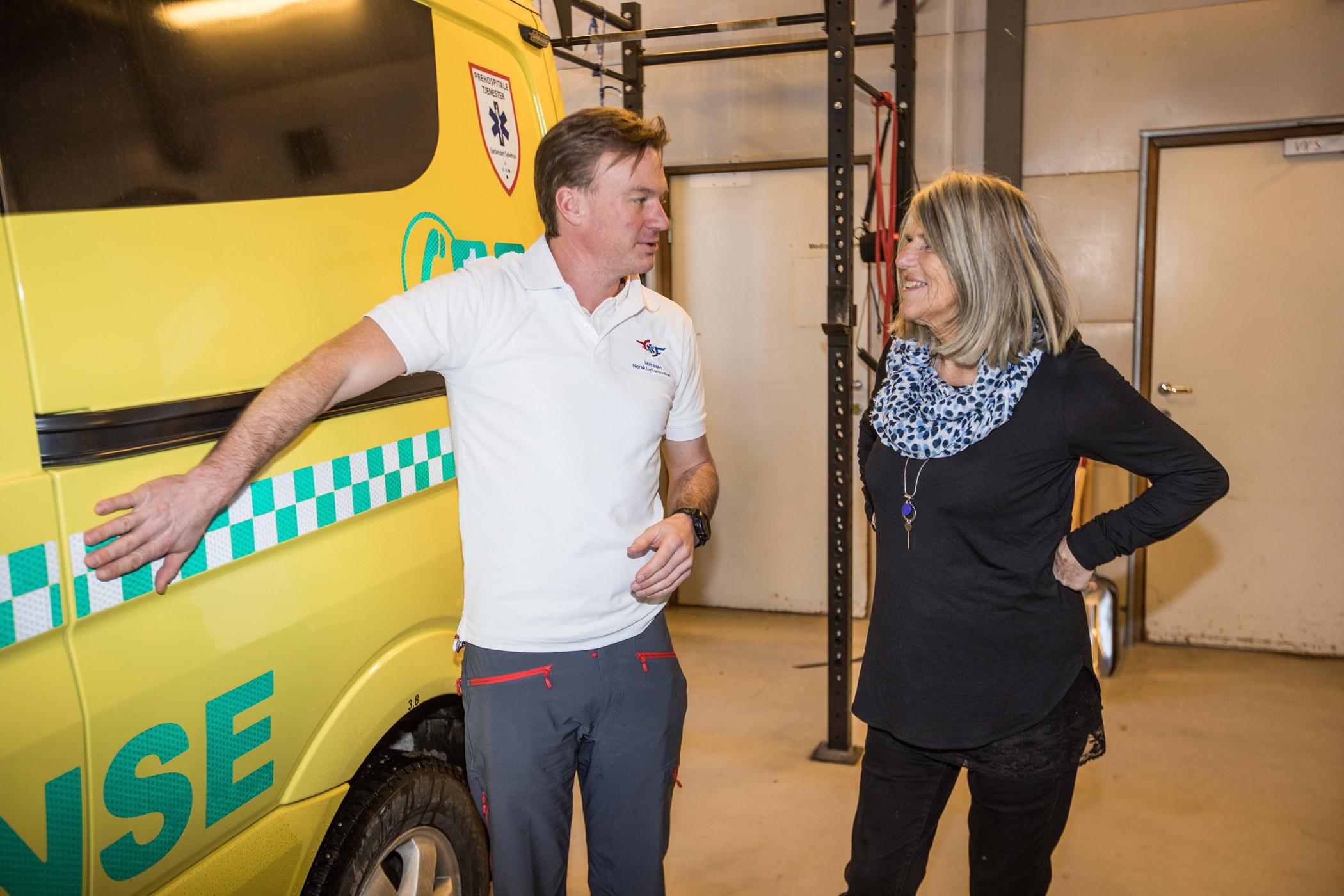 Stipendiat Lars Jacobsen og støttespiller Randi Olava Hauge foran ambulansen.