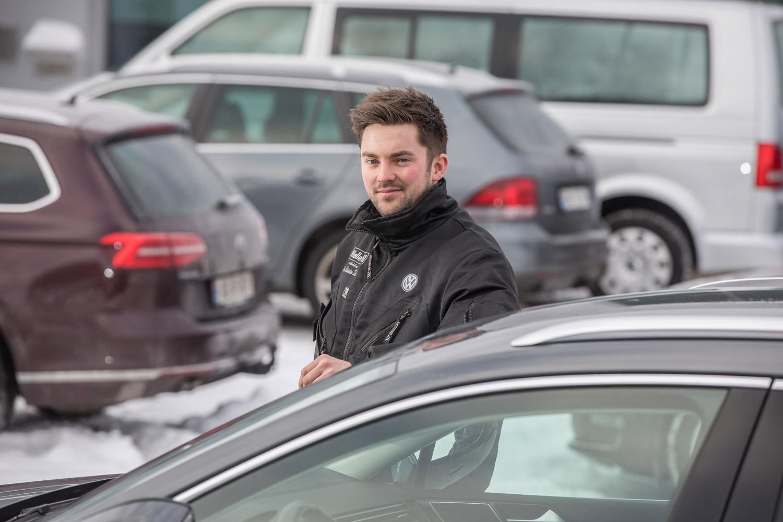 Hans Christian foran bilpark.