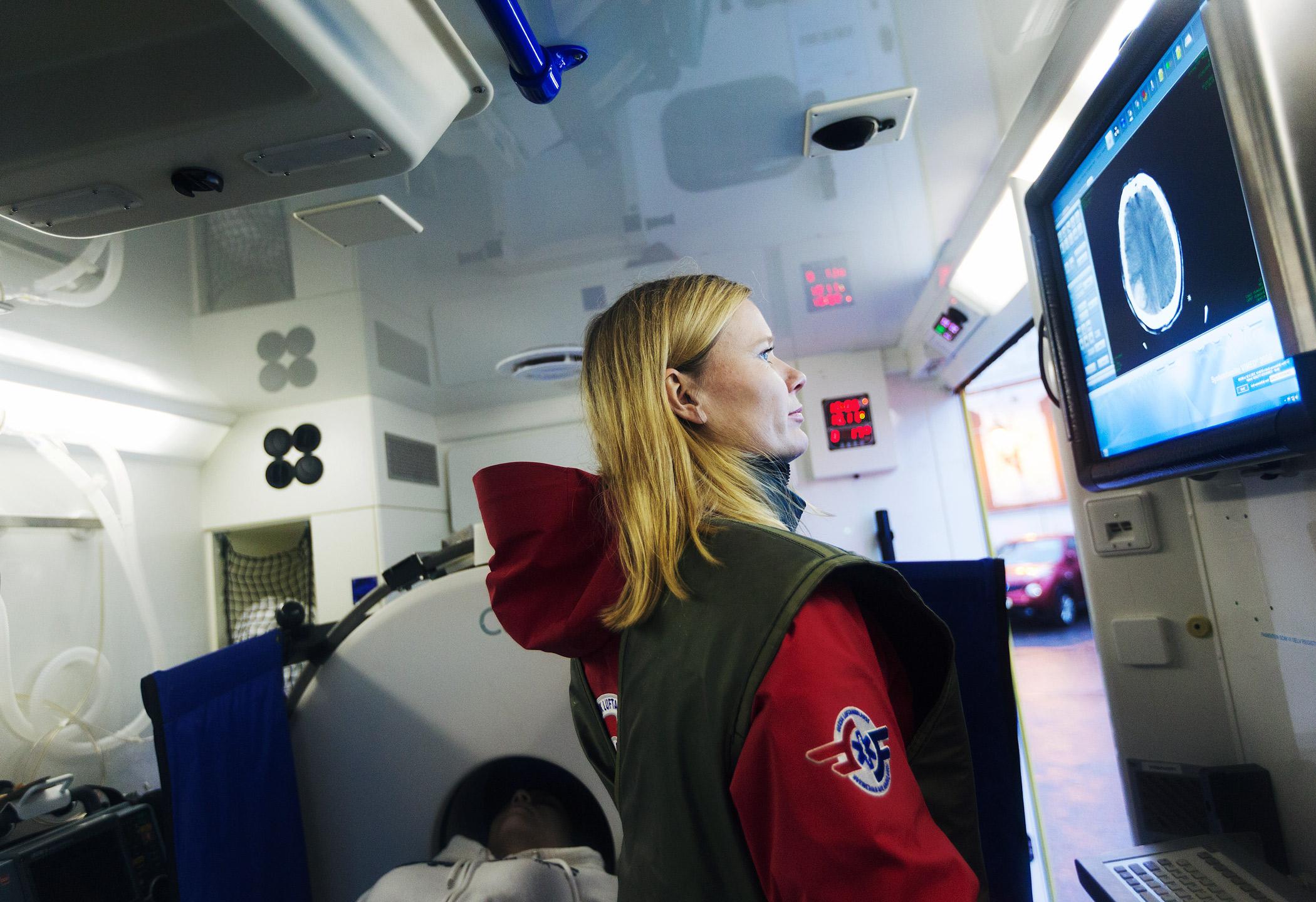 Nevrolog ser på skjerm inne i slagambulansen.