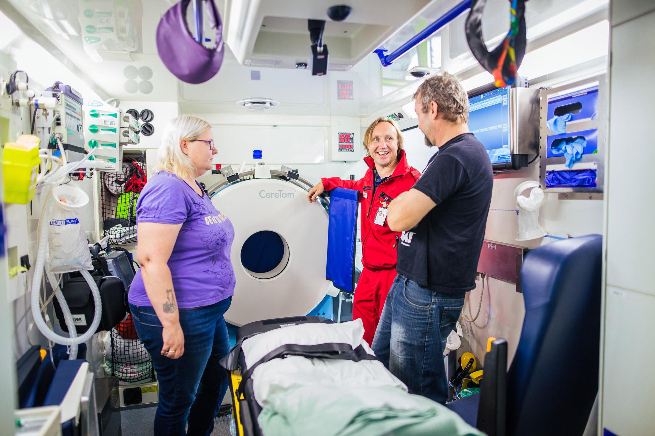 Lege og pasient snakker sammen inne i slagambulansen.