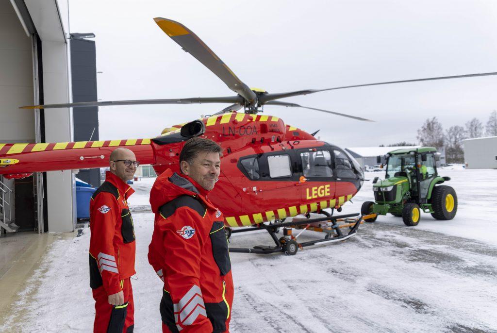 Flyoperativ fagsjef Erik Nordmann (t.v.) og flyger Trond Arild Nilsen er klar for treningstur med Utviklingshelikoptret. (Foto: Jon Tonning)